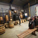présentation visite guidée dans la liquoristerie Védrenne devant les alambics